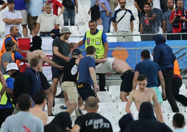 Драка на трибуне болельщиков после матча группового этапа чемпионата Европы по футболу - 2016 Англия - Россия