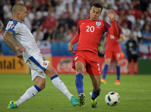 Защитник сборной Словакии Мартин Шкртел и полузащитник сборной Англии Деле Алли (справа)
