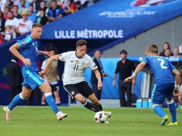 Защитник сборной Словакии Милан Шкриняр, полузащитник сборной Германии Юлиан Дракслер и защитник сборной Словакии Петер Пекарик (слева направо)