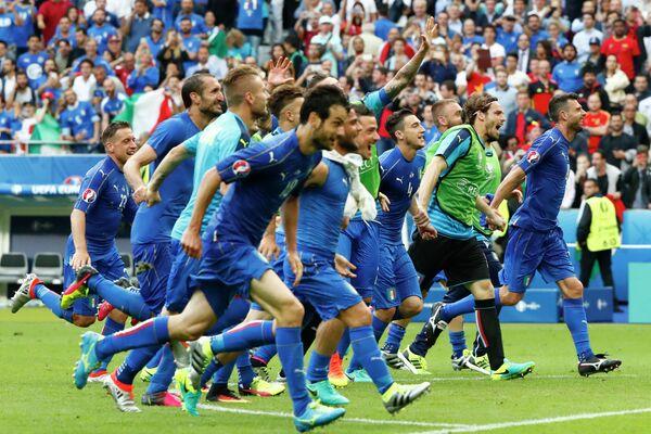 Футболисты сборной Италии после победы над командой Испании