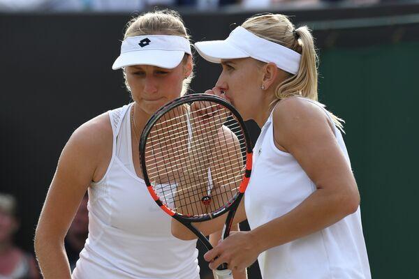 Екатерина Макарова и Елена Веснина (слева направо) на Уимблдонском теннисном турнире