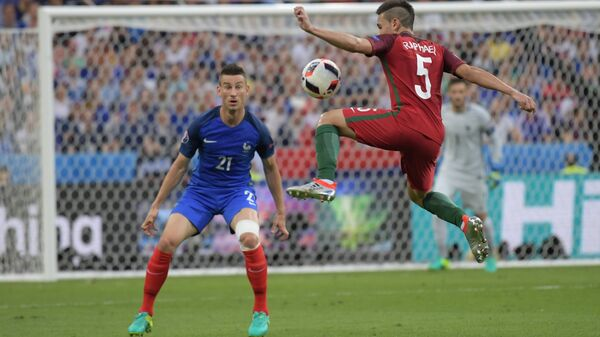 Защитник сборной Франции Лоран Косельни (слева) и защитник сборной Португалии Рафаэл Геррейру